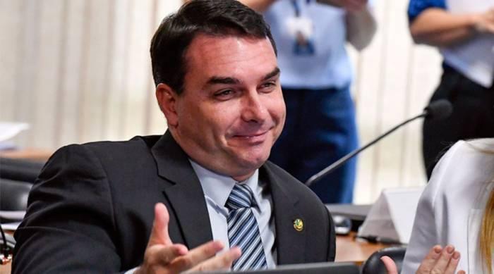 flavio bolsonaro senado - Advogado que abrigou Queiroz diz que deixará defesa de Flávio Bolsonaro