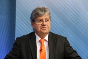 joao azevedo 2 300x200 - João Azevêdo pode autorizar a reabertura de alguns serviços na Paraíba, mas afirma que isolamento social continua
