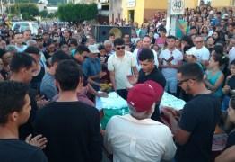 Corpos de estudantes universitários mortos após ônibus escolar capotar são sepultados