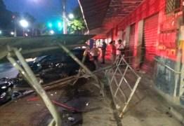 INUSITADO: Motorista destrói ponto de ônibus e sai de carro só de calcinha