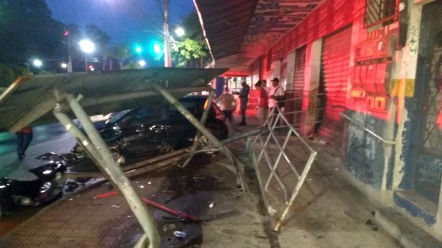 motorista perde controle do carro destroi ponto de onibus e sai de calcinha do veiculo 1583513651078 v2 900x506 - INUSITADO: Motorista destrói ponto de ônibus e sai de carro só de calcinha