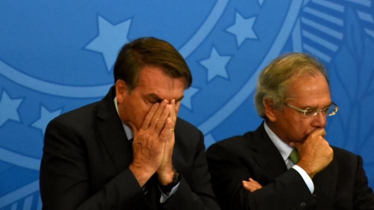 o presidente jair bolsonaro sem partido e o ministro da economia paulo guedes em foto de arquivo 1584058523054 v2 750x421 - Sobe para 22 o número de infectados com coronavírus na comitiva de Bolsonaro