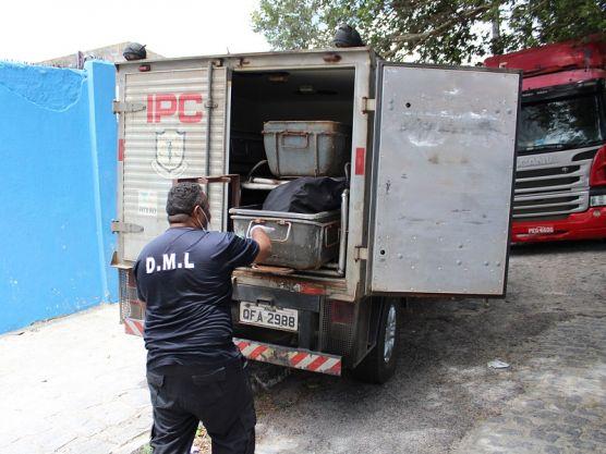 policia recolhe ossada em escola na capital foto assessoria da seds 6 556x417 1 - Corpo de mulher em estado de decomposição é encontrado em rodovia da Paraíba