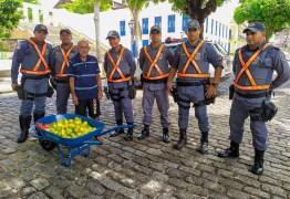Vendedor de laranjas idoso tem carrinho de mão furtado e policiais compram um novo ao vê-lo com saco nas costas