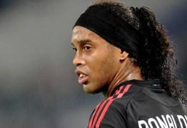 Ronaldinho Gaúcho estreia em torneio de futsal da prisão, mas é proibido de fazer gols