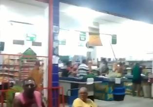 COMEÇARAM OS SAQUES: Mercadinho em Mangabeira sofre ação organizada e armada de populares