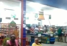 COMEÇARAM OS SAQUES: Mercadinho em Mangabeira sofre ação organizada e armada de populares – VEJA VÍDEO