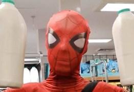 Homem-Aranha faz compras para isolados durante pandemia do coronavírus