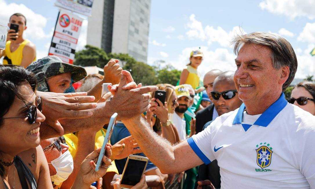 xjair bolsonaro aperta mao apoiadores brasilia.jpg.pagespeed.ic .LimDcQg3tD - A imprudência e insensatez de Bolsonaro ante pandemia do coronavírus - Por Nonato Guedes