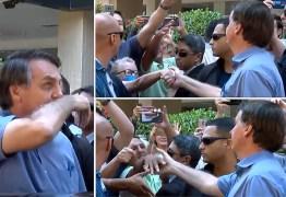 APLAUSOS E PANEÇALOS: Bolsonaro limpa nariz e cumprimenta idosa durante passeio, em Brasília