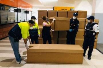 1 000 1qe8oa 8039399 - PANDEMIA: Equador usa caixões de papelão para suprir demanda de mortos por coronavírus