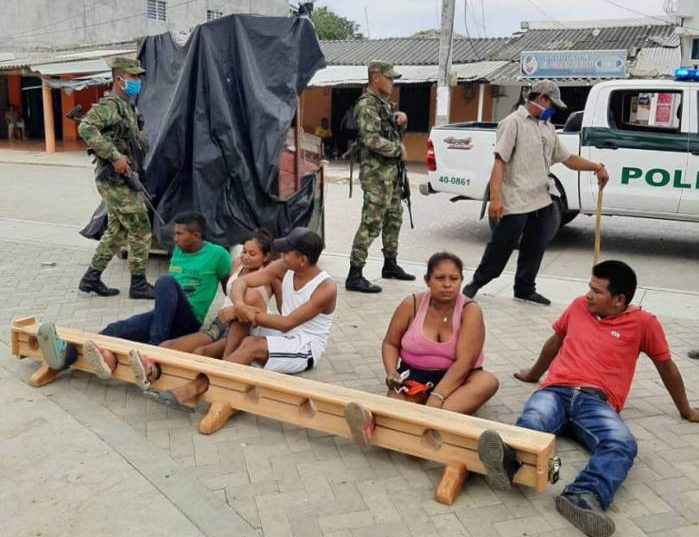 1 euncfbgwoaaehbe 16605759 e1586382773895 - Meia hora amarrado no cepo: município aplica castigo físico pesado a quem descumprir quarentena
