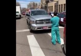 """Enfermeiro repete o gesto de 1989 ao impedir passagem em uma """"carreata da morte"""" – VEJA VÍDEO"""