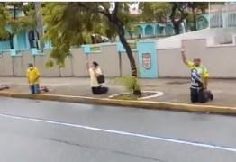 Manifestantes se ajoelham em frente ao Grupamento de Engenharia em João Pessoa