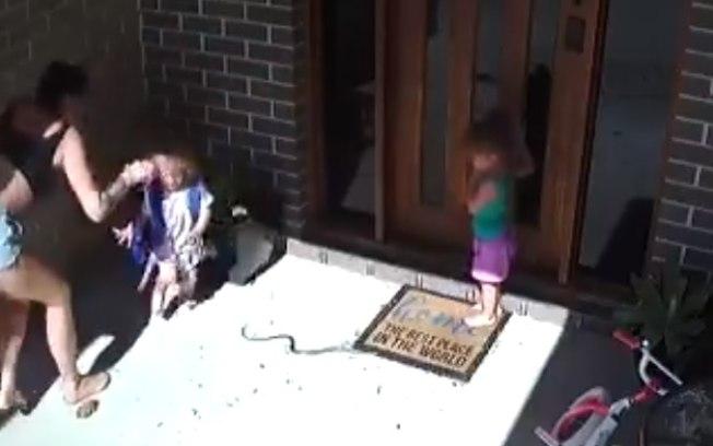 ay7qvvx4nupa2ggumdmlgfprd - Mãe salva filhas de cobra venenosa na porta de casa; VEJA VÍDEO