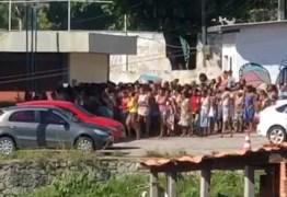 Multidão invade centro social durante distribuição de cestas básicas; VEJA VÍDEO