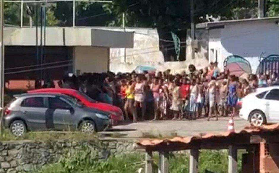 csm 04042020PN1629 9b00f75ab8 - Multidão invade centro social durante distribuição de cestas básicas; VEJA VÍDEO