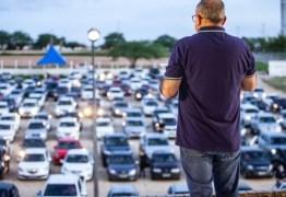DRIBLANDO O ISOLAMENTO: Igreja evangélica faz culto drive-in com mais de 300 carros