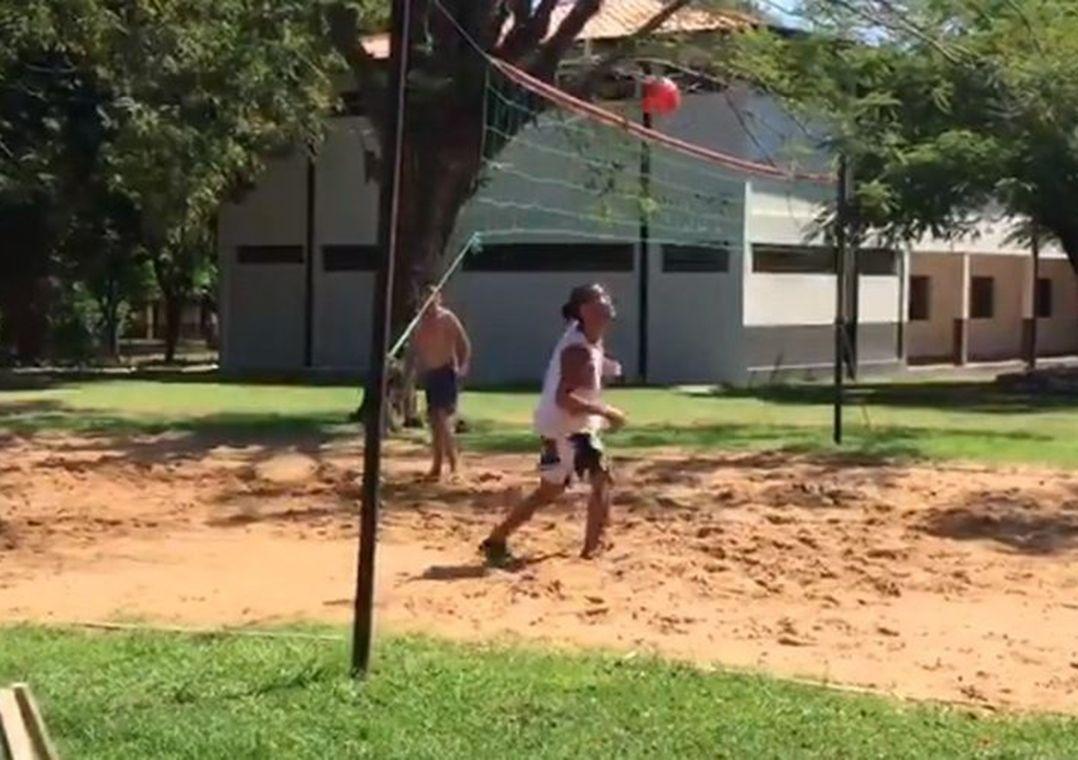 f 475788 - Preso no Paraguai, Ronaldinho Gaúcho usa futevôlei como passatempo