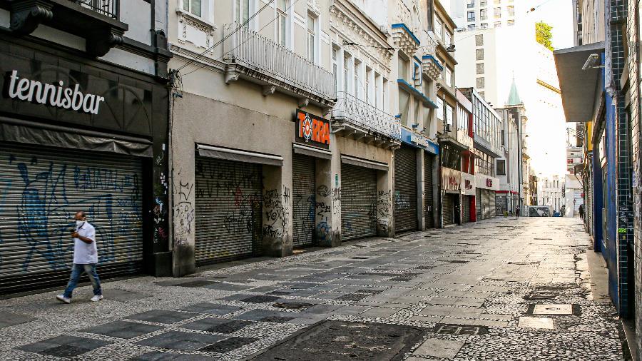 homem caminha sozinho na rua sao bento no centro de sao paulo durante pandemia do novo coronavirus 1586386133496 v2 900x506 - Médicos preveem que Brasil não volta ao 'normal' antes de agosto