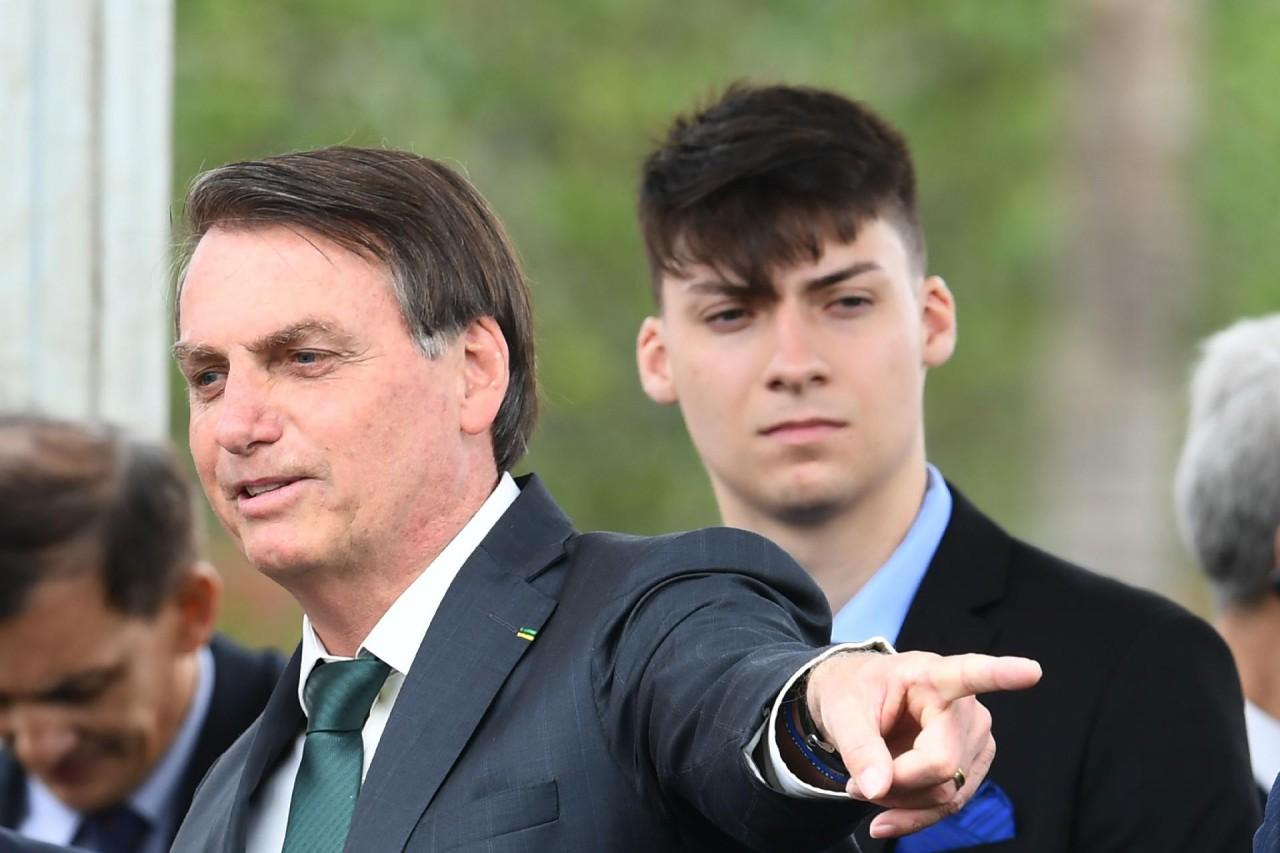jair bolsonaro e o filho jair renan bolsonaro 1574364721179 v2 1920x1279 - Em seu discurso Bolsonaro revelou que usou a PF para realizar investigações sobre seu filho