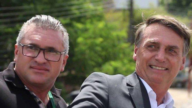 julian e bolsonaro - Julian Lemos afirma que filhos de Bolsonaro são preguiçosos e causam todas as crises do governo - VEJA VÍDEO