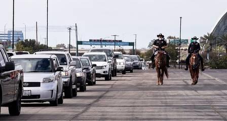 xblog cars anaheim 1.jpg.pagespeed.ic .px2XJrGPZ9 1 - Filas de 10 mil carros esperam horas por comida nos EUA