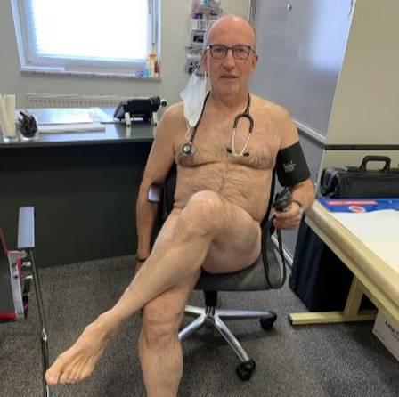 xblog doctor 2.jpg.pagespeed.ic .FFCk9KANsA - Médicos tiram a roupa em protesto por melhores condições de trabalho na pandemia
