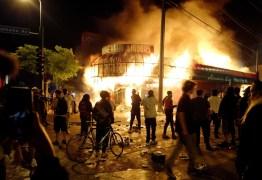 Manifestantes ocupam delegacia na 3ª noite de protestos por morte de homem negro