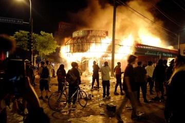 1 5 - Manifestantes ocupam delegacia na 3ª noite de protestos por morte de homem negro