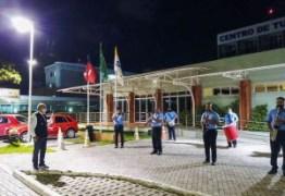 Profissionais da saúde hospedados no Centro de Turismo e Lazer do Sesc recebem homenagem da Banda 5 de Agosto