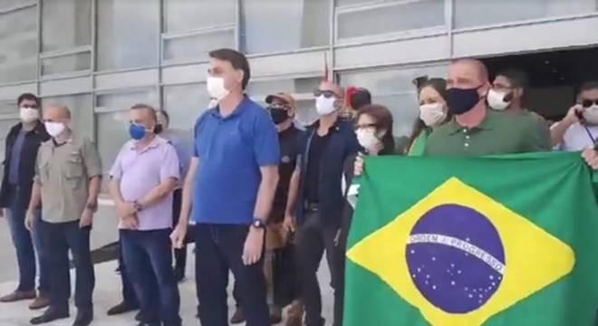 5ec15e8d6276069bc498f5e744b329d96757e6613c69f - Bolsonaro e ministros participam de manifestação pelo fim do isolamento social - VEJA VÍDEO