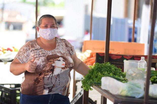 95950691 664410954122338 4503949555535970304 n 620x413 1 - Prefeitura realiza desinfecção nas feiras livres de Alhandra e Mata Redonda, disponibiliza lavatórios e distribui máscaras