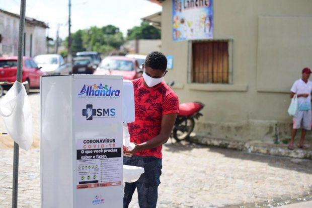 97054248 558807198157774 4652001476275601408 n 620x413 1 - Prefeitura realiza desinfecção nas feiras livres de Alhandra e Mata Redonda, disponibiliza lavatórios e distribui máscaras