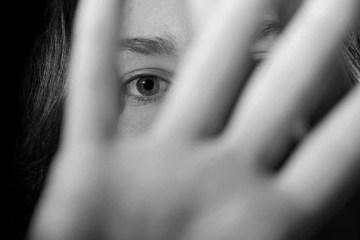 ASSEDIO ESTUPRO ABUSO - Ex-testemunhas de Jeová denunciam igreja por acobertar crimes sexuais e casos de violência doméstica