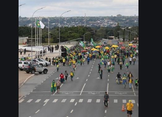 CapturarH 3 - Apoiadores de Bolsonaro fazem ato para atacar Moro, Congresso e Supremo - VEJA VÍDEO