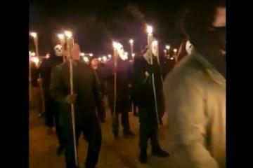 Capturaro 6 - KKK À BRASILEIRA: Grupo pró-Bolsonaro liderado por Sara Winter protesta com tochas e máscaras em frente ao STF - VEJA VÍDEO