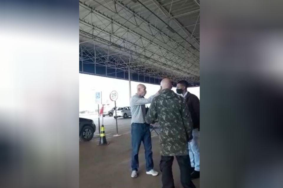 Homem se recusa a usar máscara de proteção facial no DF 1 - Homem mostra arma, bíblia e Constituição e se recusa a pôr máscara para entrar em mercado