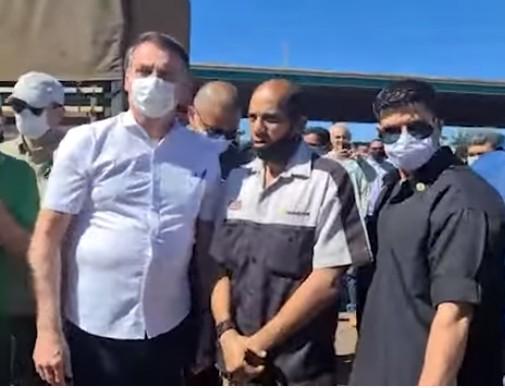 Jair de máscara - Bolsonaro visita posto de gasolina, é cumprimentado por apoiadores e recomenda uso de máscara; VEJA VÍDEO