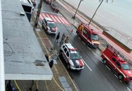 Polícia e bombeiros bloqueiam trecho de rua na orla de JP para resgatar mulher que ameaçava cometer suicídio – VEJA VÍDEO