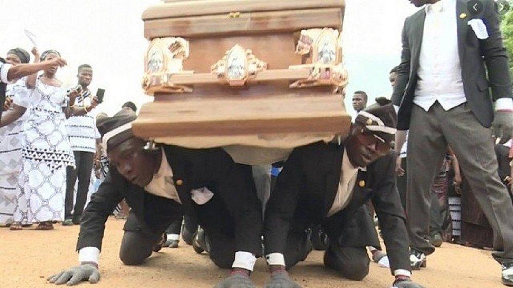 csm xfuneral meme.jpg.pagespeed.ic .wm1bquWP0H f3e1ea0f55 - Carregador de caixão dançarino de Gana celebra memes, mas lamenta pandemia: 'Derrubou meu negócio' - VEJA VÍDEO