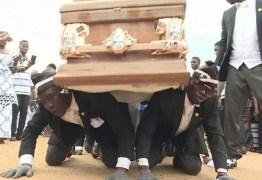Carregador de caixão dançarino de Gana celebra memes, mas lamenta pandemia: 'Derrubou meu negócio' – VEJA VÍDEO