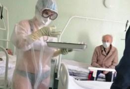 Enfermeira vira sensação na web após exibir lingerie sob proteção anticoronavírus