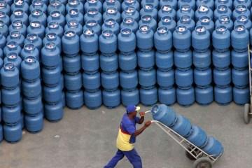 2020 04 08t210356z 1 lynxnpeg370nq rtroptp 4 energy bolivia brazil - Petrobras reajusta em 5% preço do gás de cozinha