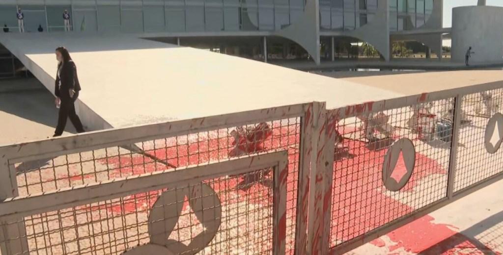 6475 B4A299D75AD03A39 1024x520 - Manifestante joga tinta vermelha em frente ao Palácio do Planalto