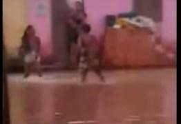 Mulher é esfaqueada durante confusão em rua alagada -VEJA VÍDEO