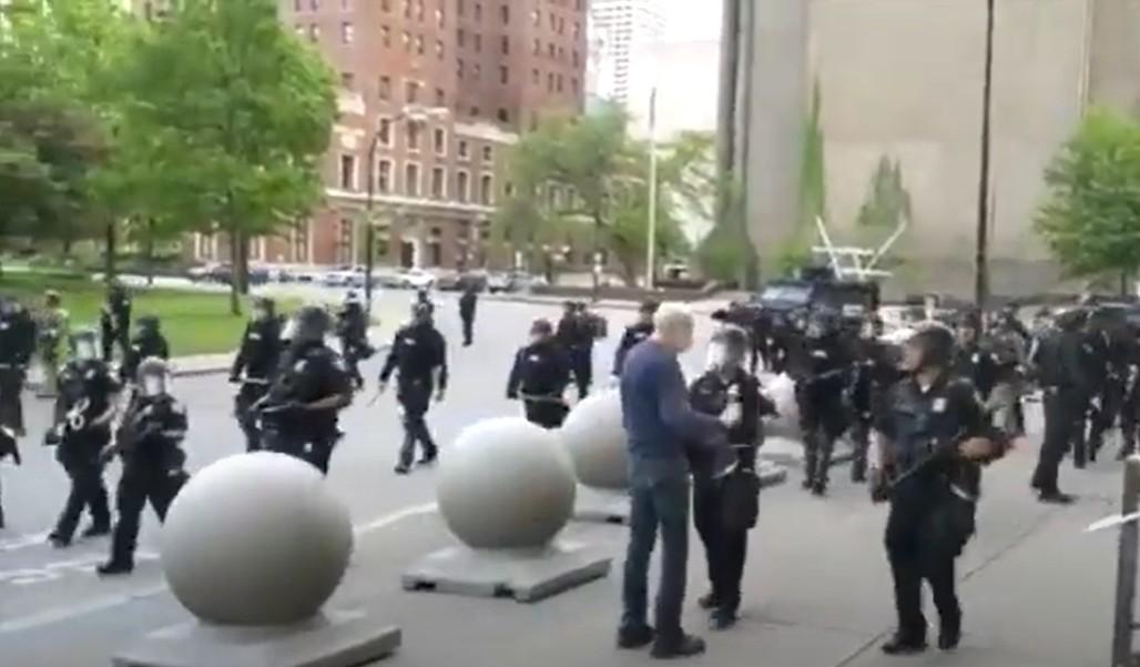 Policiais são suspensos por empurrarem homem de 75 anos em ato nos EUA