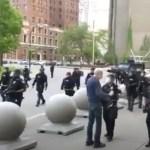 Capturar 18 - Policiais são suspensos por empurrarem homem de 75 anos em ato nos EUA - VEJA VÍDEO