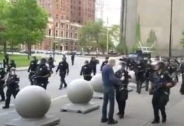 Policiais são suspensos por empurrarem homem de 75 anos em ato nos EUA – VEJA VÍDEO