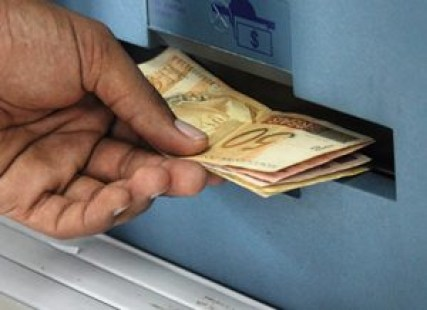 DINHEIROSAQUE 300x218 1 - Servidores do Estado começam a receber salários a partir desta quinta-feira